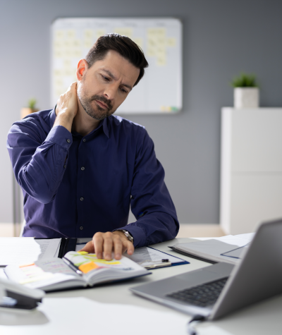man with poor office ergonomics in pain